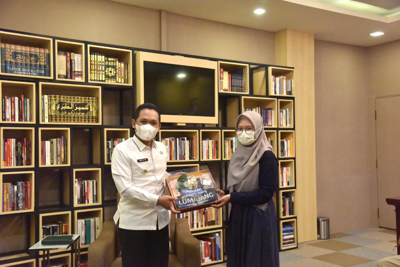 Bupati Lumajang Apreasiasi Buku Mampir Nang Lumajang