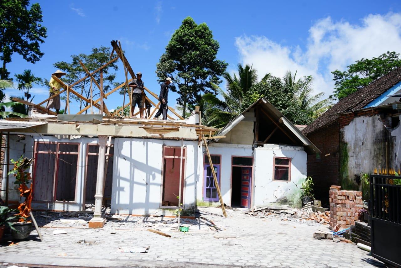 Warga Desa Pasrujambe Mulai Bersihkan Puing Bangunan Akibat Gempa